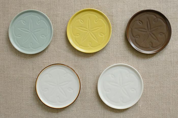 カラーは、画像左上から時計周りに青とも灰色ともつかない色合いが美しい「浅葱鼠(あさぎねず)」、食卓を明るくしてくれそうな「菜花黄(なばなき)」、シックで落ち着いた佇まいの「錆茶(さびちゃ)」、生成りに近くやわらなか印象の「白」、縁を錆釉が一周しアクセントになっている「渕錆」の計5色。