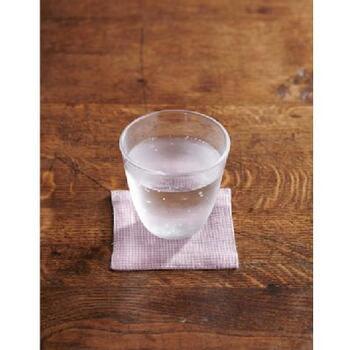 水滴や熱からテーブルを守ってくれる、「fog linen work(フォグリネンワーク)」のナチュラルな風合いが魅力的なリネン100%のコースター。