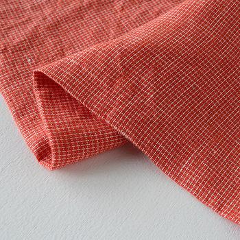 素材はリネン100%。fog linen workのリネンは、お洗濯などで水を通すと3〜5%程度縮みますが、その際は生地を広げて、伸ばすようにアイロンをかれば、縮んだ生地もかなり戻ります。しかし、脱水してそのまま干せば、リネン独特のシワ感が出るので、それもまた魅力的。