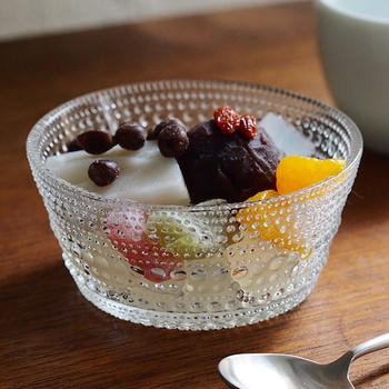 水滴のようにキラキラしたドットが可愛らしい、イッタラのカステルヘルミ ボウル。アイスやデザートはもちろん、フルーツやサラダ、冷製スープなどにも。