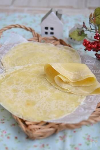 パンの変わりに、トルティーヤを使ったラップサンドはいかがでしょうか?カップスープの素を使うことで、家にある材料だけで簡単に美味しいトルティーヤを作ることができます。 1枚ずつ焼くのは少し時間がかかりますが、冷凍保存もできるので、時間がある時にまとめて焼いておくと便利です。自然解凍で食べられるので、お弁当には朝冷凍庫から出してそのまま持っていくことが出来ますよ!