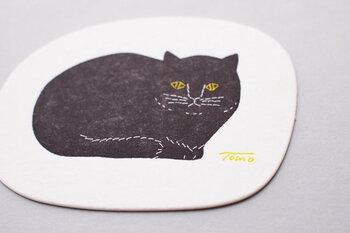 泥染や刺繍の布作品が多いトモタケのアイテム。こちらのコースターは紙に印刷されたものですが、実際に泥染された布を原画にして版を作り、凸版印刷で仕上げているので、色ムラや刺繍跡など手作り感のある、味わいある仕上がりになっています。