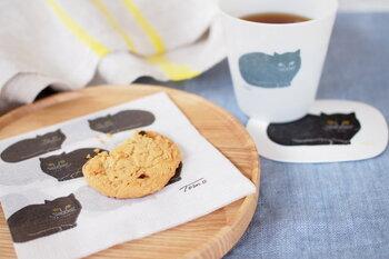 泥染めなどの布を素材として作家活動をされている朝武雅裕氏と、デザイナーの朝武広子氏による、ご夫婦ユニット『トモタケ』のキュートな「黒猫のコースター」。