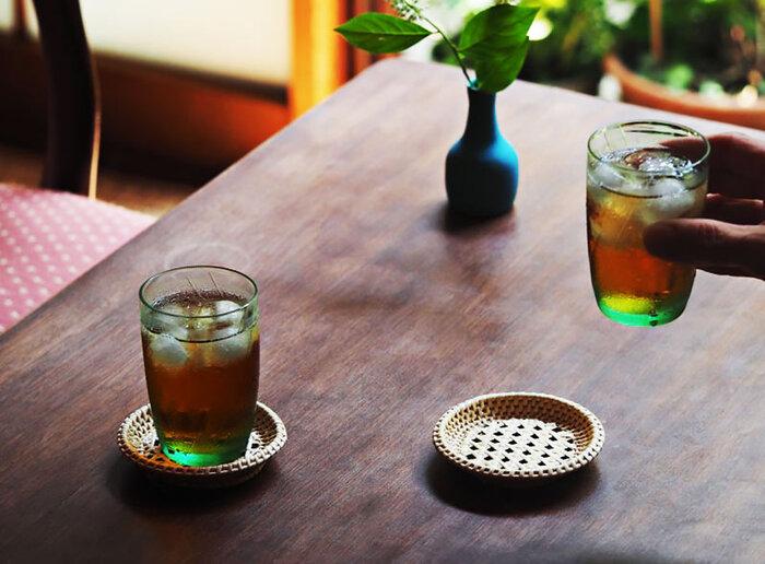 レトロで可愛い佇まいが魅力的な「松野屋」のラタン(籐)の「 籐茶托」。ラタンのしなやかな特性が存分にいかされた、立体的な編み込みが夏の冷たいドリンクをさらに涼しげに演出してくれます。