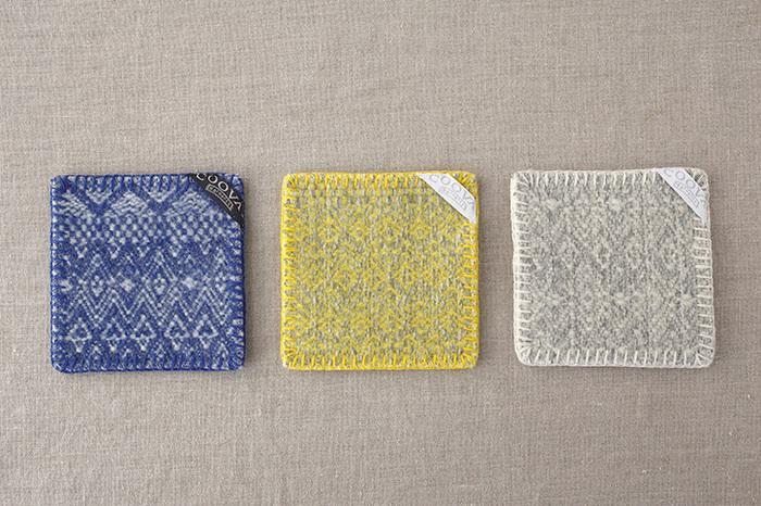 縦横10cmの正方形の使いやすいコースターは「民族ラグ」を作る過程で生まれた端切れから作られているため、二つとして同じもののない、世界で一つだけのオリジナルコースターです。カラーはブルー、イエロー、ホワイトの3色があり、どれも同系色のかがり縫いが施されていて素敵。家族で色違いで揃えるのも良いかも。