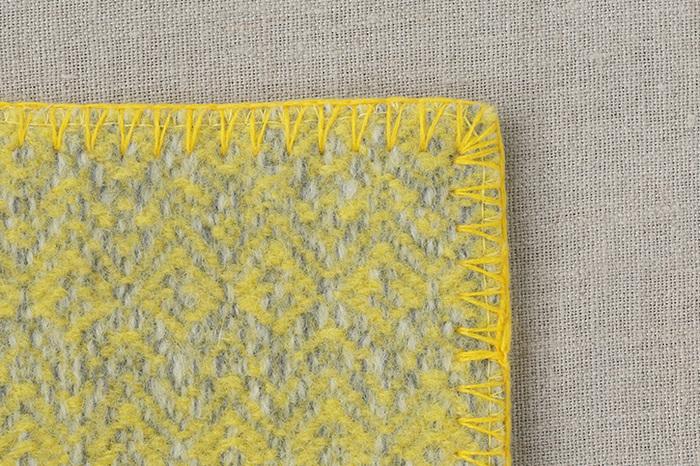世界中の民族衣装に使われている様々な紋様を取り入れながら「COOVA」独自に開発した、エキゾチックな趣が漂うデザインは、あたたかみのあるウールにピッタリ。秋〜春先の寒い季節の食卓をあったかく演出してくれそう。