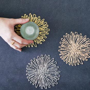 菊の花をモチーフとした「チルウィッチ」の「ブルーム(Bloom)コースター」。繊細なデザインにメタリックなカラーが美しいコースターは、クリアなグラスにピッタリ。