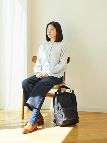 端正な佇まいのスタンドカラーのシャツは、リネンの風合いが活かされ優しい印象をもたらしてくれます。カジュアルにも、きちんとした装いにも合わせやすいアイテム。これからの時季にぴったりな一枚です。