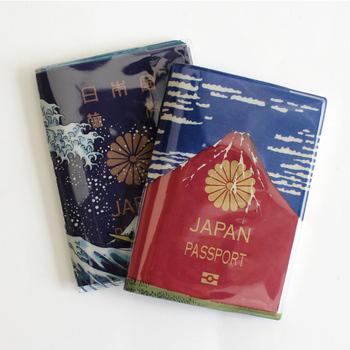 葛飾北斎の「富嶽三十六景(ふがくさんじゅうろっけい)」がモチーフのパスポートカバーです。5年用のパスポート入れ「AOFUJI」では青い富士山が、10年用のパスポート入れ「AKAFUJI」では赤い富士山が登場します。お好みで反対にしてもOK。ポリ塩化ビニル素材なので、表面の防水が期待できますよ♪