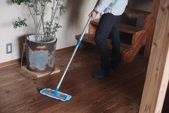 掃除機をかけると一見ゴミやホコリが無くなったように感じますが、実は掃除機の排気でホコリの大部分が空中に舞い上がってしまっています。掃除機をかける前に、あらかじめフローリングモップで床をキレイにしておくことが重要です。