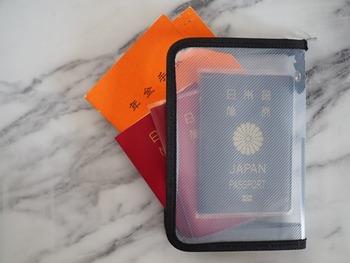 おうちでパスポートをまとめて保管するときには、こちらのブロガーさんのように100均のケースにまとめておくのも良いでしょう。大きめのケースなら、家族全員分、それぞれのパスポートケースに入れたままで収納できますね。透明ケースなら中身がすぐにわかって便利です♪