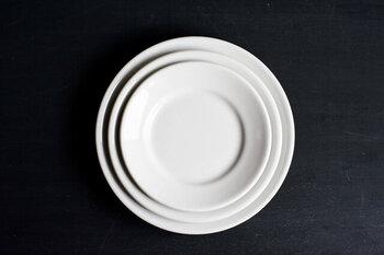 イタリアのレストランやバルで愛用されている、シンプルな業務用食器「Saturnia(サタルニア)」。適度な厚みがあり丈夫、白のシンプルなプレートだから日常でとても使いやすい。