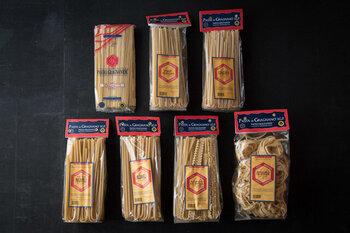 パスタの本番、イタリアの老舗メーカー「グラニャネージ社」のパスタ。昔ながらの天日乾燥製法に近い、低温長時間乾燥にこだわって、1834年から続く工場で生産されている半乾燥麺です。小麦粉本来の風味を生かすため、36度での一次乾燥と、46度での二次乾燥に約3日かけることにより、茹で上げたときの食感が生パスタに近いという特性があります。