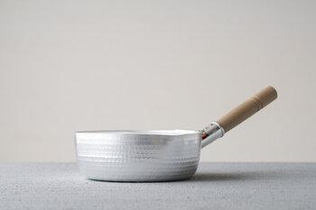 まずは、どこのご家庭でも一つは持っておきたい「雪平鍋」。熱伝導性、保温性に優れているので様々なお料理に使えます。