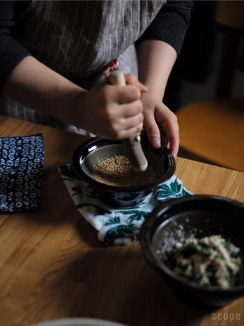 ミキサーやフードプロセッサー、すでにすられた後の食材など、便利なものが溢れている現在。しかしそこから一度振り返って、以前使われていた道具に目を向けると新しい発見があるかもしれません。「擂鉢・擂粉木」もその一つ。自分の手ですった胡椒や胡麻は驚く程良い香りがたちます*