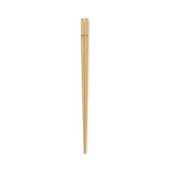 こちらは国産の竹を使用して作られた「菜箸」。一本一本職人さんの手で丁寧に作られています。