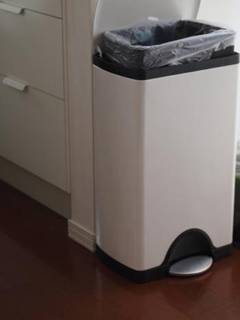 足踏みタイプのゴミ箱なら、両手がふさがっていても安心です。蓋が大きく開くものの方がゴミを入れやすく、蓋周りを汚してしまう可能性も低くなります。