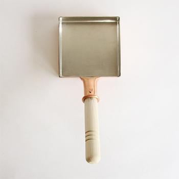 築地の職人さんたちと共同研究で作られた「玉子焼鍋 関東型」。熱を均一に伝える銅製で、ふわっとした卵焼きを作ることができます。