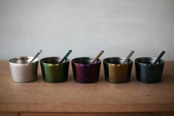 120mlの紙カップがすっぽり入るシンプルな造形のカップは、手に冷たさを伝えにくい二重ステンレス。手作りアイスを盛り付ければお店のアイスみたいに楽しめそう。同色のスプーンも合わせて、シャープでメタリックな5色展開です。