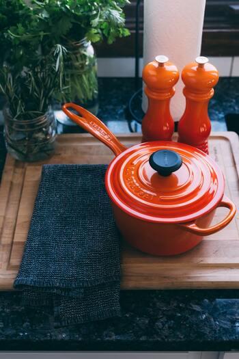 ル・クルーゼの鍋は、鮮やかなカラーバリエーション。どれも華やかな色合いなので、そのまま食卓に運んでもおしゃれに演出できるでしょう。料理したお鍋をテーブルウェアとしてそのまま使えるから、洗い物も減ってラクチン。さらに保温性に優れているので、火をとめた後も余熱で料理をあたたかくキープしてくれますよ。