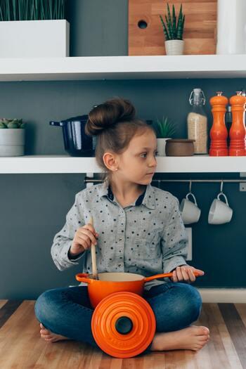 ル・クルーゼのお鍋は、よく「ストウブ(STAUB)」のお鍋と比較されます。どちらも料理好きの間で人気の鋳物ホーロー鍋ブランドですが、この2つの違いについて、まず着目されるのは、デザイン。鮮やかなカラーが多いル・クルーゼに対し、ストウブはシックなカラーが多いのが特徴です。