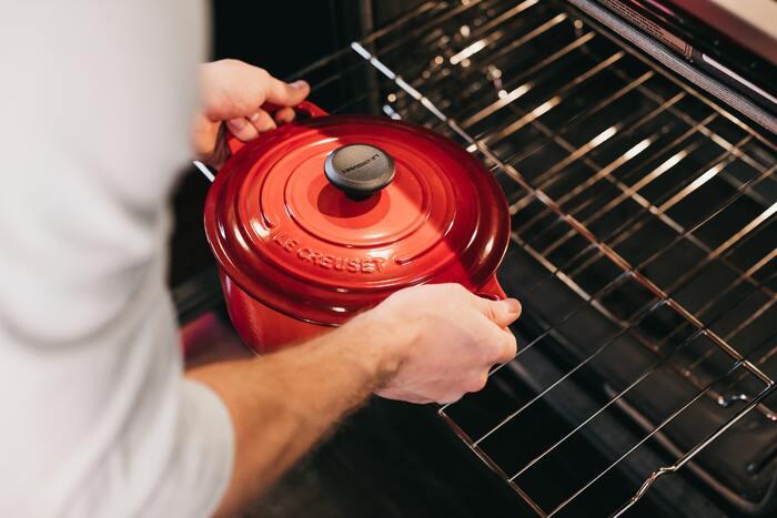 ル・クルーゼの鍋は直火のほか、IHクッキングヒーターやオーブンなどでも使うことができますよ。ただし、電子レンジでは使えません。  IHクッキングヒーターの場合はすぐに高温になりやすいため、調理する際は弱火でスタートして、様子を見ながら火加減を調節すると良いでしょう。  オーブンの場合は、商品によって耐熱温度が違うため、あらかじめお手持ちのル・クルーゼ鍋の耐熱温度を確認することが大切。オーブンのスチームや熱風、自動メニュー機能を使うと中の温度が上がる場合がありますので、あわせて気を付けましょう。