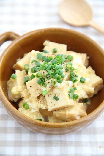 """「10食品群」には、節約食材がいくつもありますが、それを""""美味しく組み合わせられる""""レシピを押さえておきましょう。  こちらは厚揚げ(豆腐)×卵を組み合わせて作る、なにかと役立つ美味しい中華炒めです。"""