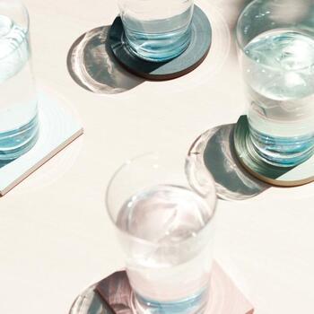 円形がキュートなサークル:φ100×H8mmと、スッキリとしたデザインが魅力的なスクエア:W100×D100×H8mmの2タイプあり、どちらもシンプルな形と色合いながら、存在感がしっかりあり、グラスを魅力的に演出してくれます。
