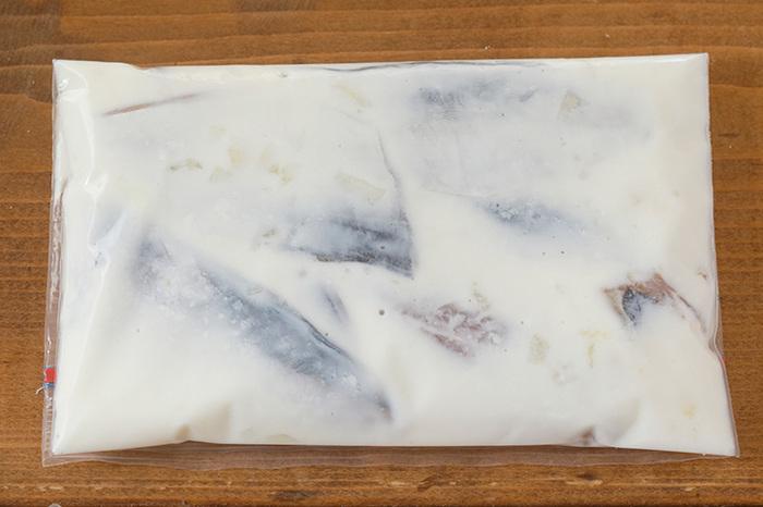 今免疫力アップ効果で注目されている、発酵食品のヨーグルト。こちらの「鯵のヨーグルト漬け」は、3枚下ろしにした鯵(あじ)を、ヨーグルトを漬け床として漬けこむ一品です。  鯵(あじ)は安売りされていることも多いので、このようにしておけば、野菜だけのサラダに加えたりと、使い道がいろいろ。チェックシートの「魚類」にマルがつきますね。