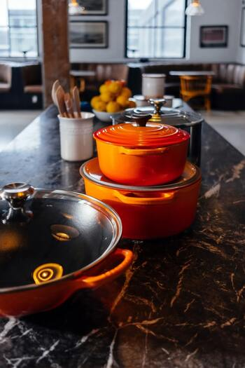 さまざまな種類&サイズが揃うル・クルーゼの鍋は使い方次第で楽しみ方も広がります。人数や作りたい料理に合わせて選べるように、タイプ違いでいくつか持っておくのも◎カラーバリエーションも工夫して、お好みで使いこなしてみてくださいね。