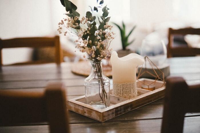 現代の私たちは、自然を身近に感じる機会がとても少ない暮らしといえます。それなら自然のアイテムを使った空間作りを意識してみましょう。  たとえば季節の花をダイニングテーブルに飾ったり、ドライフラワーにしてみたり。綿や麻などの自然素材のアイテムをそろえるのもおすすめです。自然の素材を目にするだけでほっと落ち着き、リラックスできる空間作りが叶います。