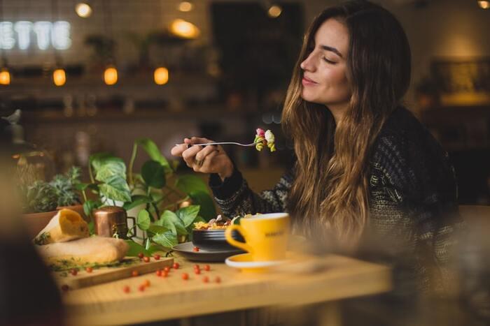 ひとりでゆったりと食事ができるなら、食材の香りや料理の味をじっくりと味わってみましょう。おしゃべりに夢中で気付かないことも、ひとりの食事だからこそ気づくこともありそうです。  ゆっくりと一口ずつ味わうことができたら心地よい時間が流れます。