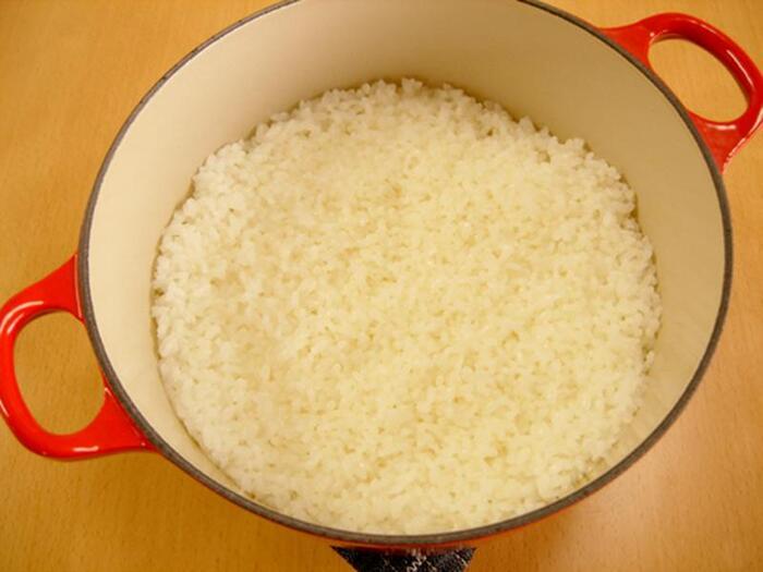 まずは、基本のご飯の炊き方から挑戦してみましょう。炊きたいご飯の量に合わせて鍋のサイズを選ぶことがポイントです。お米は洗って30分間水に浸してから水を切っておきましょう。お米と分量の水を鍋に入れます。中火にかけて沸騰したら、弱火にして10分~15分加熱しましょう。火を止めて鍋敷きの上などに移動して、15分蒸らせば出来上がりです。