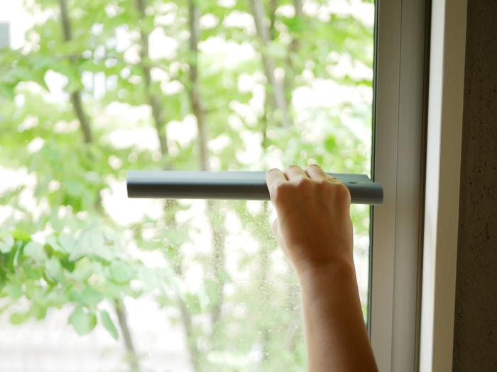 窓の結露にも活躍。しっかり水気を取り、カーテンににつく匂いの原因も解消され、窓までピカピカに。これひとつあるだけで、カビの原因になる水滴をしっかり処理できて清潔を保てます。