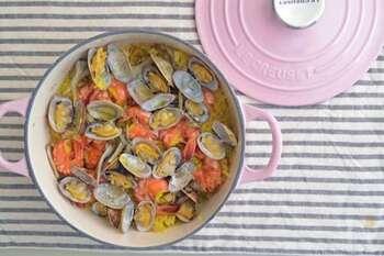アサリやエビなど魚介の風味漂うパエリア風の炊き込みご飯。炊飯が得意で、食卓にそのまま出せる、ル・クルーゼの特徴を存分に活かしたレシピです。お好みでパセリを添えても◎