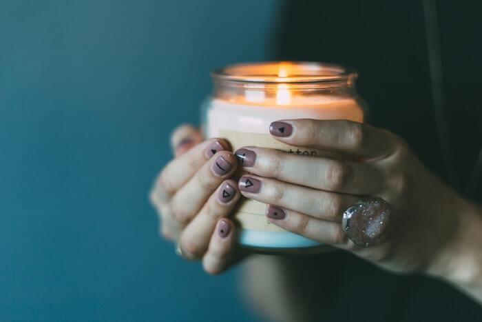 パソコンやスマホなど、ブルーライトにさらされている生活なら、ぜひキャンドルや間接照明を灯して食事をしてみましょう。温かいオレンジの灯りにほっこりと癒され、さらにお腹も満たされれば至福のときに。  心が少しずつほどけていくような感覚を味わえるかもしれません。