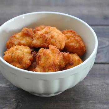 手作りのチキンナゲットは、市販のものよりもジューシーでおいしいんです。温度が下がりにくいル・クルーゼのお鍋で揚げれば、外はカリっと中はふっくら仕上がりますよ。冷めてもおいしいので、お弁当にもおすすめです。
