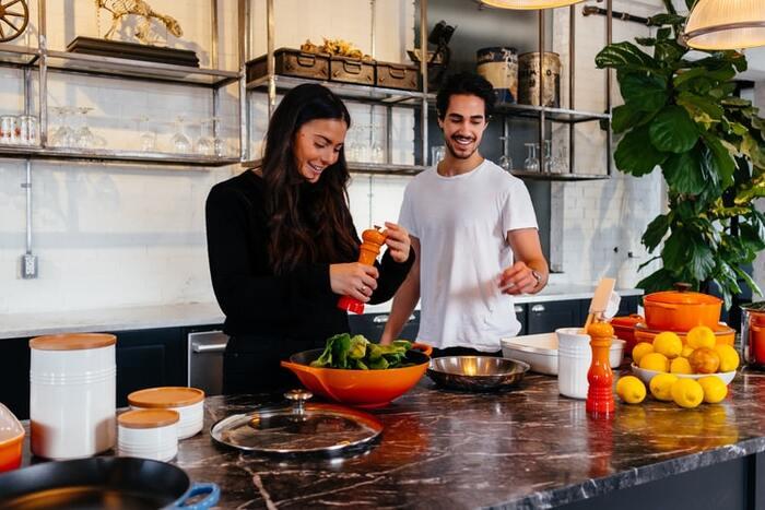 毎日三食作り続けるのは大変なこと。そこで家族に分担して手伝ってもらいましょう。  たとえば夫婦共働きの場合は、曜日で分けたり、支度と後片付けで分担するのもおすすめ。料理が苦手なパートナーなら、切るだけ、混ぜるだけなど、シンプルな作業を手伝ってもらいましょう。  またホットプレートで作れるメニューを取り入れ、食卓の上で一緒に作るのも気分転換になります。