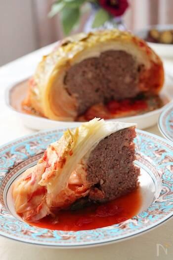 お肉のジューシーな味わいをキャベツの甘さで包んだ一品。晩ごはんのおかずにぴったりですね。レシピでは圧力鍋が使われていますが、ル・クルーゼのお鍋で作る方法もご紹介されているので、ぜひ参考にしてみてください。