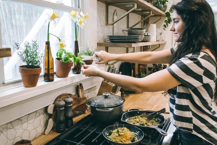 キッチンやベランダで育てたハーブを使って料理をしてみましょう。毎日少しずつ成長するハーブを見るのも楽しみになりますよ。  さらに摘みたてのハーブを添えればフレッシュな香りを味わうことができ、食事をしながら小さな幸せを感じられそうです。