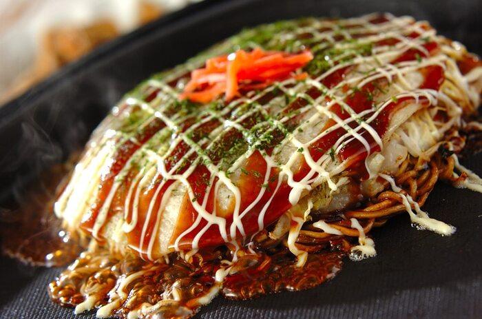 お店じゃないと食べられないと思われがちな「広島焼き風お好み焼き」。モチモチの中華麺があれば、おうちでも美味しく作る事ができますよ。  中華麺はお好みソースでしっかり炒めて、たっぷりキャベツで召し上がってみてくださいね!
