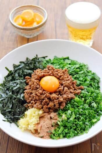 自家製の台湾ミンチにネギ、ニラ、卵黄、カツオ粉などをごちゃ混ぜでいただく「台湾風まぜそば」。名前に台湾とありますが、実は名古屋発祥のB級グルメです。  基本をマスターしたら、刻んだトマトやキュウリ、ワカメなど、オリジナルのトッピングを増やしても◎。