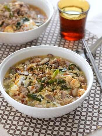 お酢の酸味が癖になる「酢辣湯麺(サンラータンメン)」。おうちで簡単に作るポイントは、たっぷりのごま油とラー油。水溶き片栗粉でトロミを出して、熱々の美味しさを召し上がれ。
