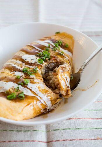 ソバめしを作ったら、卵で包む「オムそばめし」にしてみると、また異なる美味しさ♪ オムライスとは異なるワクワク感があって、お子さんもぱくぱく食べれるはず。
