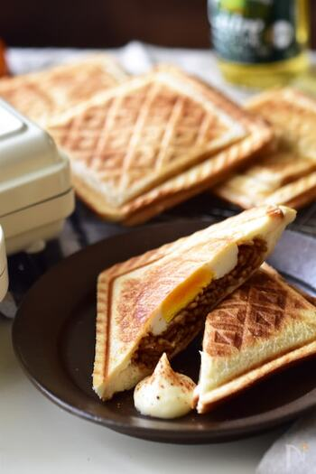 こちらも焼きそばが余った時にオススメのアレンジです。ロールパンなどに挟む「焼きそばパン」も美味しいですが、目玉焼きも一緒に挟んだホットサンドのアレンジもとっても美味!マヨネーズと七味を添えればちょっとリッチなお昼ご飯にもなりますね。  ぱくぱくつまみやすいので、リモートワーク中のランチにもオススメ。