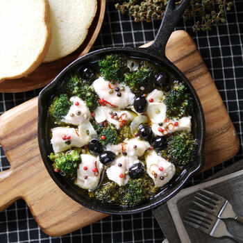 おつまみにぴったりのアヒージョ。鶏胸肉とブロッコリーをオイルで煮込むだけの簡単レシピ。パンをオイルにつけて食べると美味しいですよ。マッシュルームや海鮮でアレンジするのもおすすめ。
