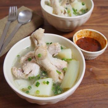 タッカンマリは鶏を丸ごと使いますが、お家では鶏手羽を使って手軽に作りましょう。じっくりと煮込むことで、箸で切れるほどほろほろに。鶏の旨みが出るので、味付けはシンプルでOK◎そのままでも美味しいですが、鶏肉は特製のタレにつけると美味しさがアップします。