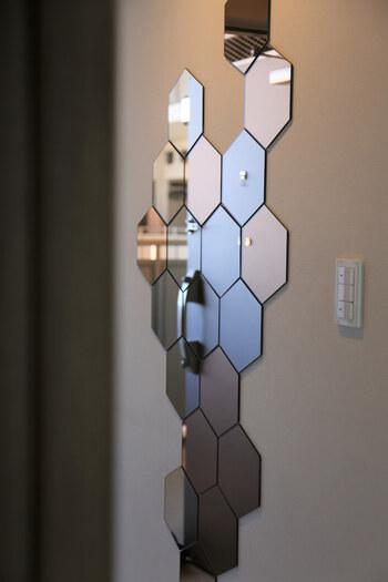 六角形のミラーが10ピース入った「HÖNEFOSS」。組み合わせて自由に貼れる、新しいタイプのミラーです。裏に両面テープが付いているので、そのまま好きな場所に貼ることができます。