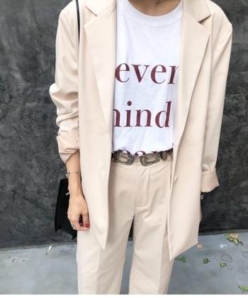 落ち感のあるテーラードジャケットに、センタープレスの効いた綺麗めセットアップをON。 シンプルなロゴTシャツにアクセントのベルトを合わせて自分らしいエッセンスも忘れずに。華奢なバッグが女性らしい雰囲気を運んでくれます。