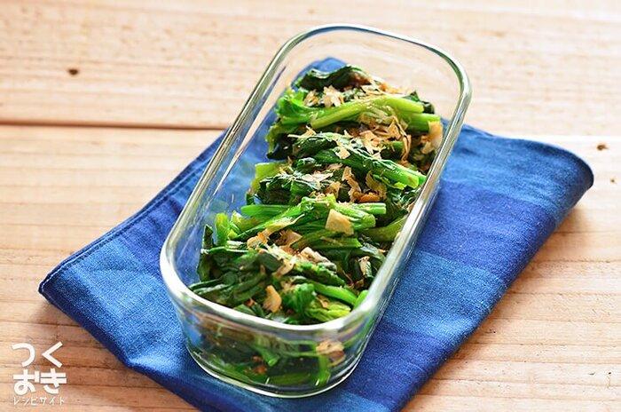 シンプルながら美味しく彩りも抜群のほうれん草のおかか和え。ほうれん草、白だし、醤油、かつお節があれば調理時間も10分ほどで冷蔵で4日保存可能です。なお、ほうれん草は茹でてそのまま保存ができるので、食べる際にあえるのも◎。